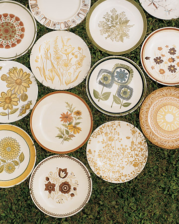 Mismatched vintage plates look beautiful (via marthastewartweddings.com)