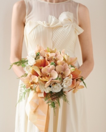 Peaches and cream posy (via marthastewartweddings.com