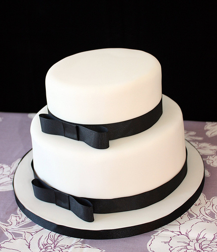 Simple, yet elegant, black and white cake | The Merry Bride