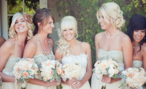 Bridesmaids in mint, with peach bouquets