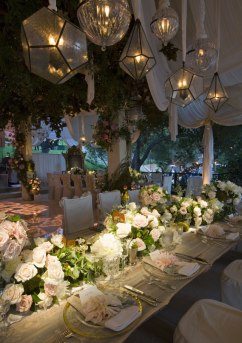 Hilary Duff and Mike Comrie's wedding reception had centrepieces of dahlias, regalias, roses and magnolia leaves