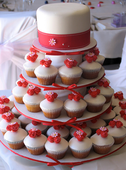red and white wedding cake cupcakes wedding cake and cupcakes the merry 19097