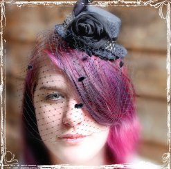 Mini top hat birdcage veil, by sparkleandposy on etsy.com