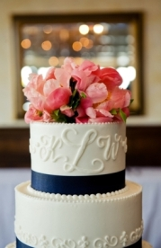 Monogram wedding cake {via lover.ly}