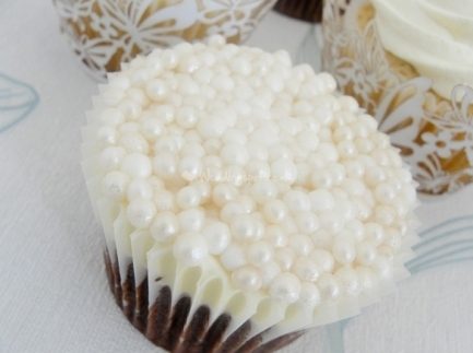 Pearl cupcakes {via weddingspot.co.uk}