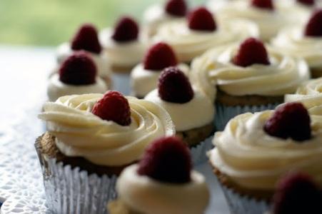 Raspberry and blackberry cupcakes {via cococakecupcakes.blogspot.com}