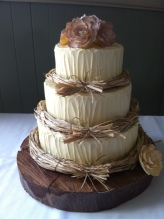 Wedding cake inspiration {via stunningweddingcakes.blogspot.com}