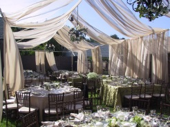 Beautiful backyard wedding {via bestswedding.blogspot.com}