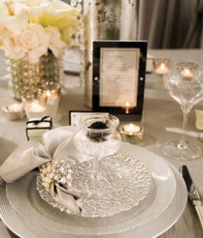 Old Hollywood glamour table setting idea {via newenglandfineliving.com}
