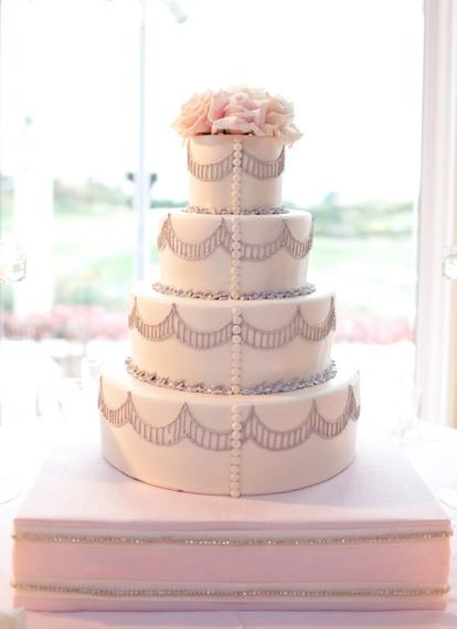 Wedding cake inspiration {via weddingsromantique.com}