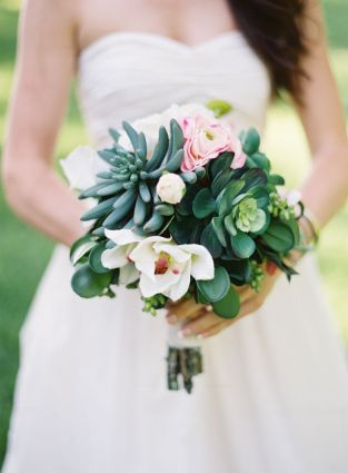 Succulent bouquet {via greylikesweddings.com}