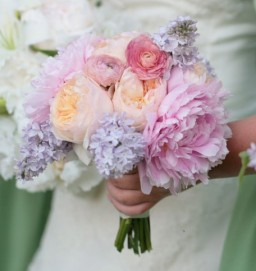 Peach and purple bouquet inspiration {via bouquet-bouquet.com}