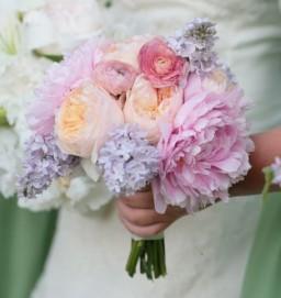 Peach and purple bouquet inspiration {via bouquet-bouquet.com}