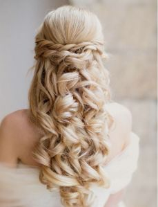 Bridal hairstyle {via modwedding.com}