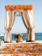 How's that for a beach altar?! {via indulgy.com}