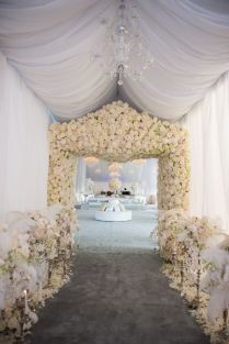 I hate to think how much all these flowers cost! But they look amazing. {via theknot.com}