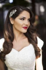 Old Hollywood-style wavy hairstyle {via onewed.com}