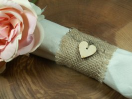 Burlap napkin rings - www.etsy.com/shop/WeddingDecorMargaret