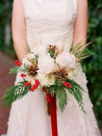 Christmas wedding bouquet {via weddingomania.com}