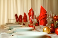 Christmas wedding table setting inspiration {via tamarindweddings.com}