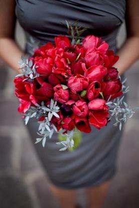 Red and grey wedding {via weddingomania.com}