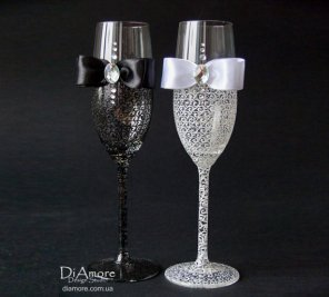 Black and white bride and groom champagne flutes - www.etsy.com/shop/DiAmoreDS