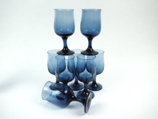 Midnight blue wine glasses - www.etsy.com/shop/LiliesLegacies