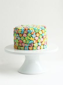 Sweet-covered cake! {via chantelleandtheteddybears.com}