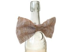 Burlap wine bottle bow - www.etsy.com/shop/juicylittlethings