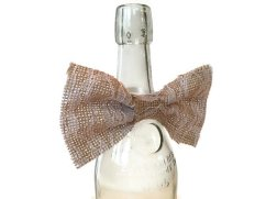 Burlap wine bottle bow - www.etsy.com/shop/juicylittlethings