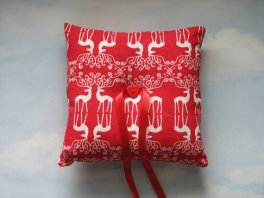 Christmas ring pillow - www.etsy.com/shop/WonderlandFound