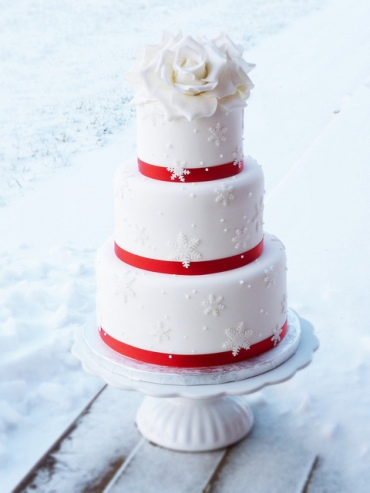 Christmas wedding cake inspiration {via theweddingspecialists.net}